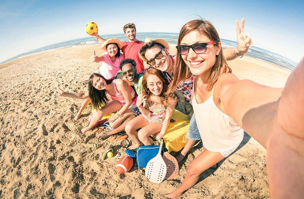 пляжное фото молодежи